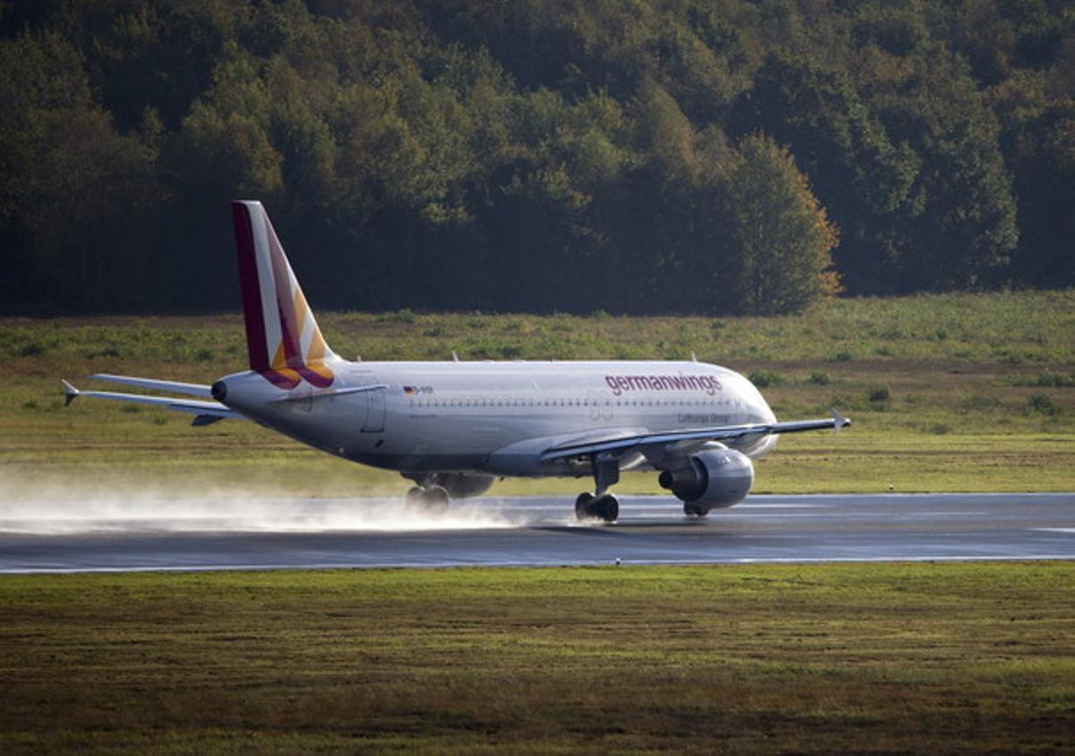 Un avión Airbus A320 de la compañía Germanwings al despegar del aeropuerto de Colonia/Bonn, en Alemania.
