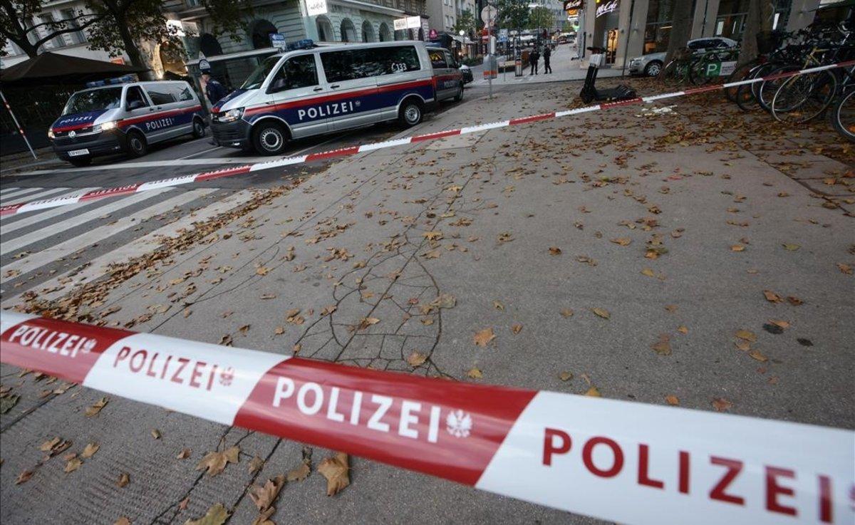 Cordón policial tras el tiroteo, la mañana del martes, en Viena.