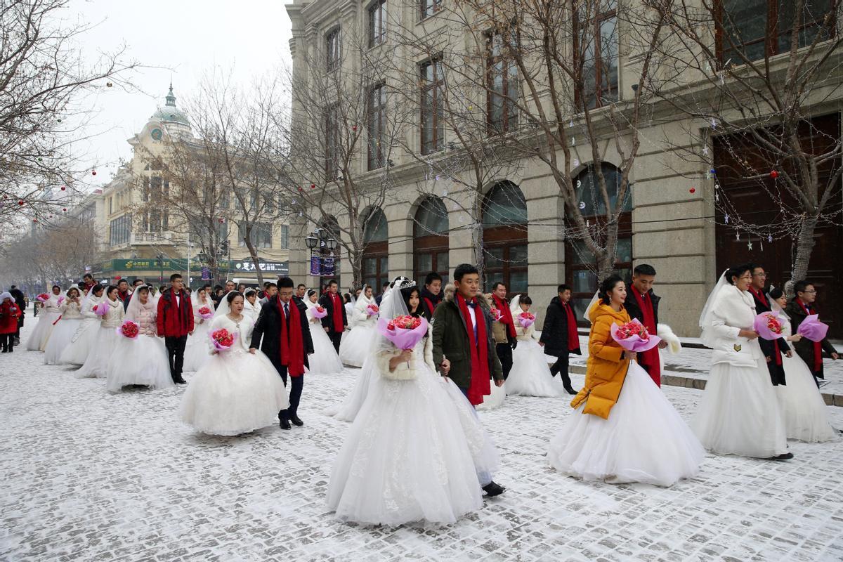 Varios recién casados chinos posan en un evento en Harbin, China.