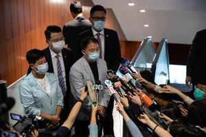 Varios opositores de Hong Kong, en una comparecencia ante los medios.