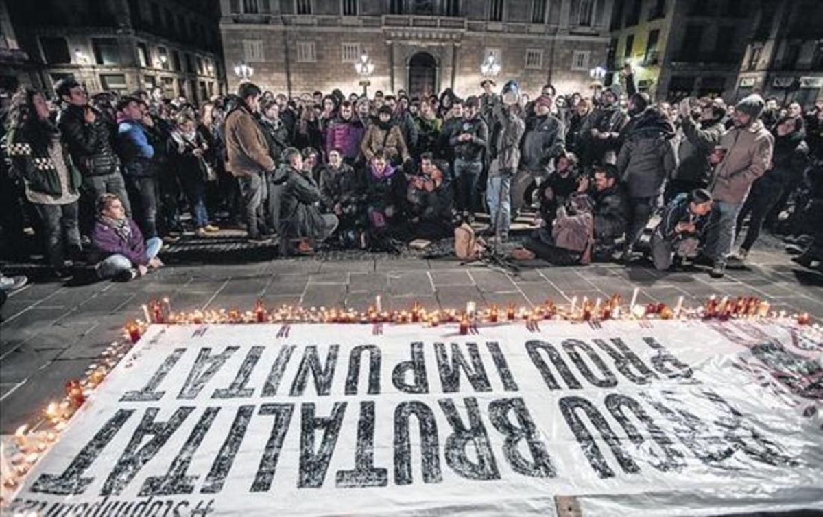 Concentración de protesta en la plaça de Sant Jaume, tras la emisión de 'Ciutat morta'.