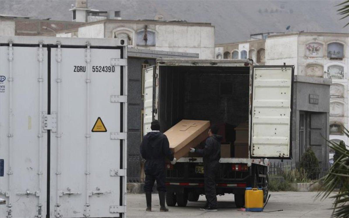Trabajadores de un cementerio en Perú trasladan los fallecidos por COVID-19.