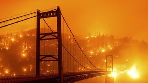 El puente de Oroville, en California, envuelto en llamas.