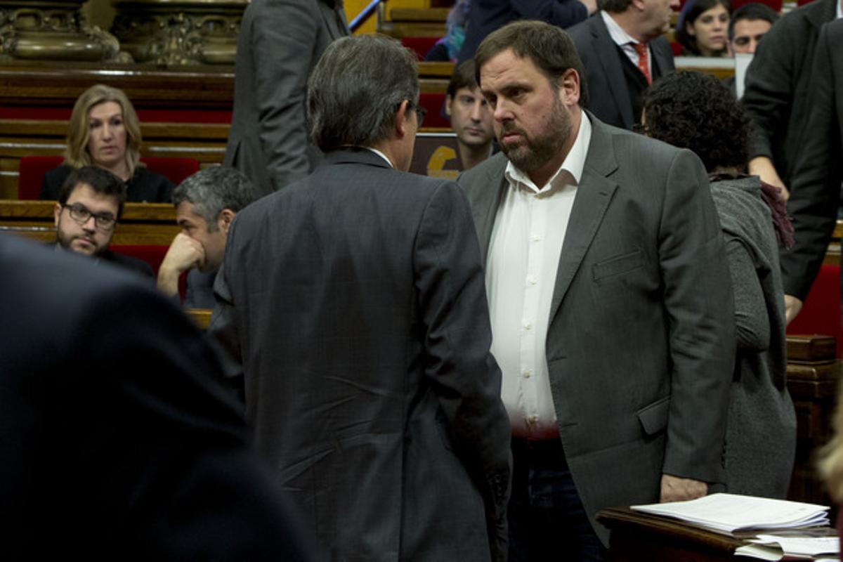Artur Mas y Oriol Junqueras hablan en el Parlament, el pasado 19 de diciembre.