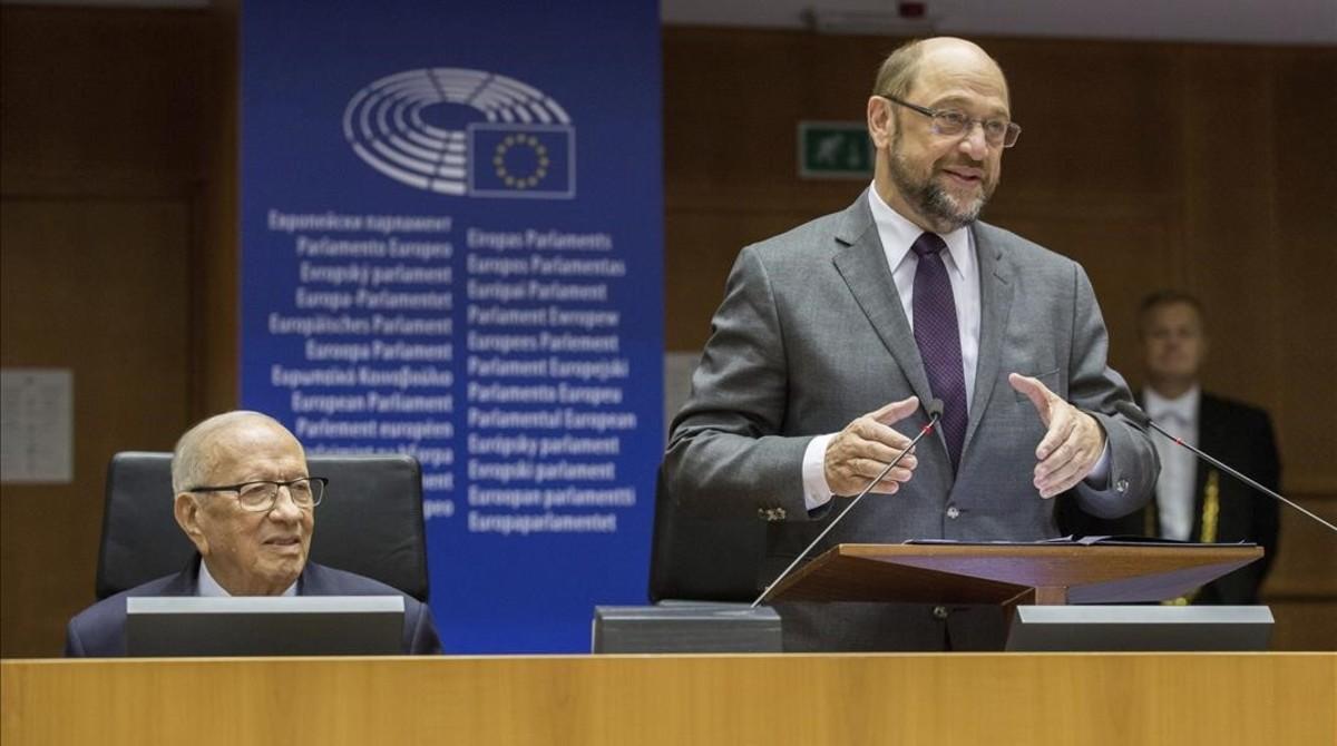 Martin Schulz, presidente del Parlamento Europeo, junto al presidente de Túnez, Beyi Caid Essebsi, pronuncia su discurso durante una sesión plenaria en la Eurocámara, en Bruselas, este jueves.