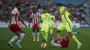 Luis Suárez se abre camino entre la defensa del Almería, en el estadio Juegos Mediterráneos.