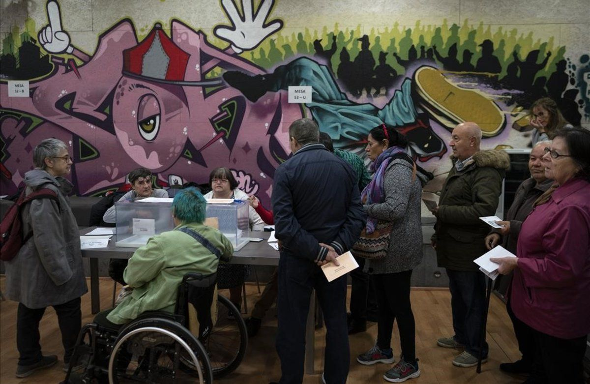 Colas para votar en un colegio electoral de Barcelona.