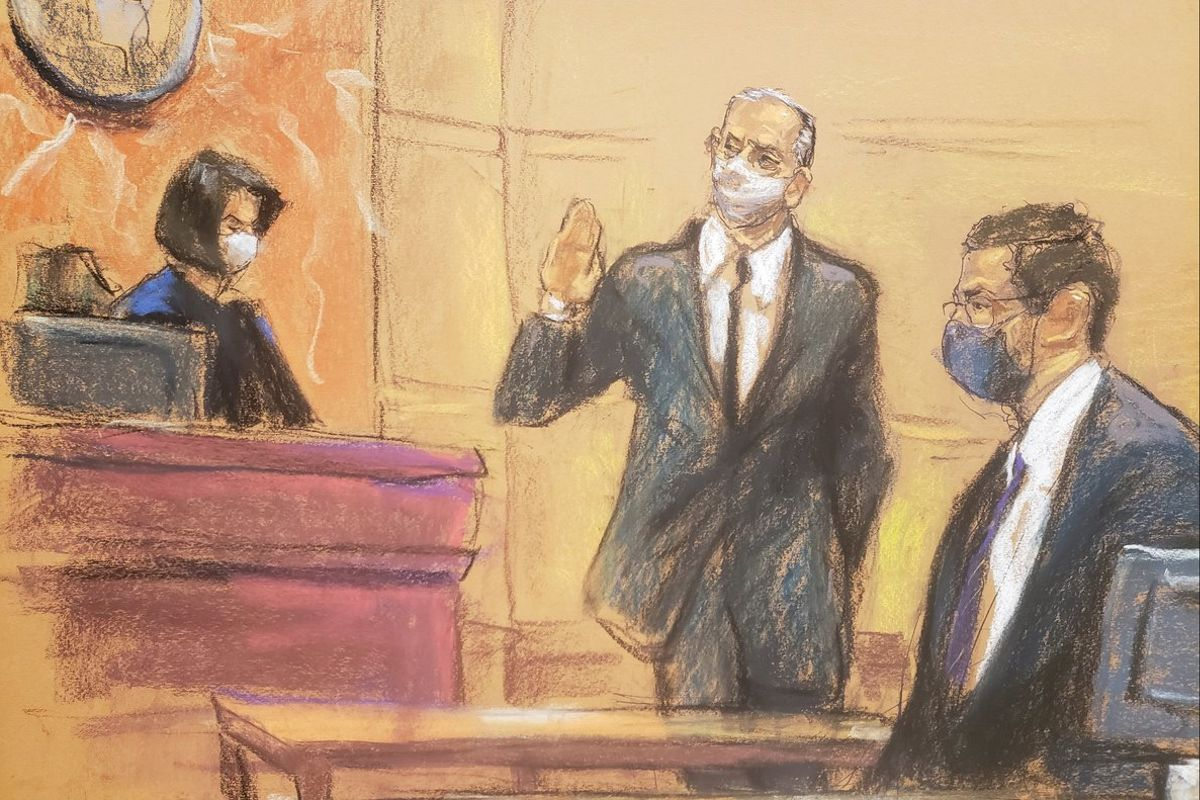 El exministro de Defensa de México, Salvador Cienfuegos, presta juramento ante la jueza Carol Bagley Amon, en un boceto de la sala de un tribunal en el distrito de Brooklyn.