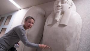 La directora del Museo Egipcio de Berlín muestra una de las obras atacadas.