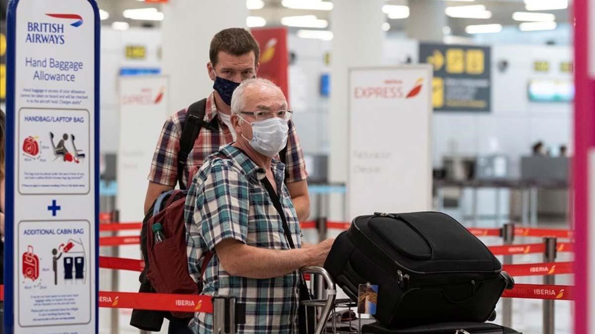 Reino Unido desaconseja ir a Canarias y Baleares mientras España pide la exención de la cuarentena. En la foto, pasajeros en el aeropuerto de Palma de Mallorca, el domingo 26 de julio.