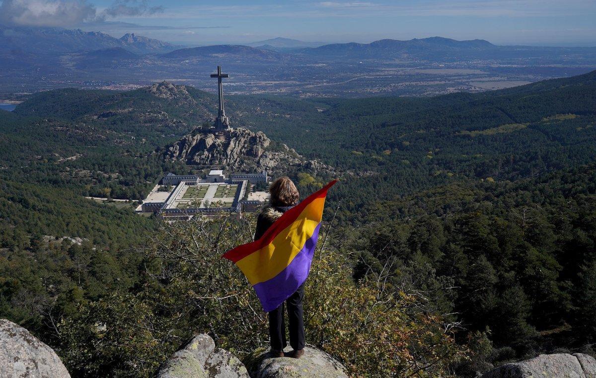 Una activista republicana observando el conjunto monumental del Valle de los Caídos.