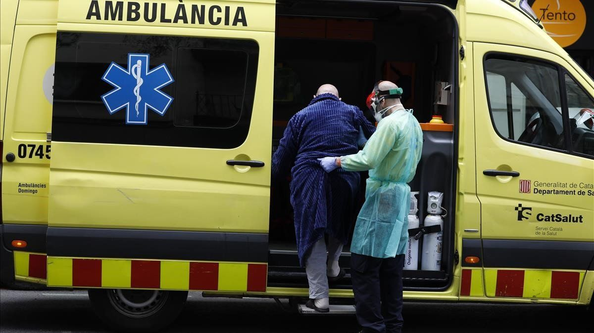 Un anciano con síntomas de coronavirus es trasladado a un hospital.