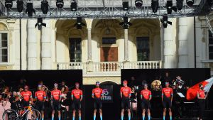 Mikel Landa, con la bici, y sus compañeros del Bahrein durante la presentación de equipos del Giro 2021, en Turín.