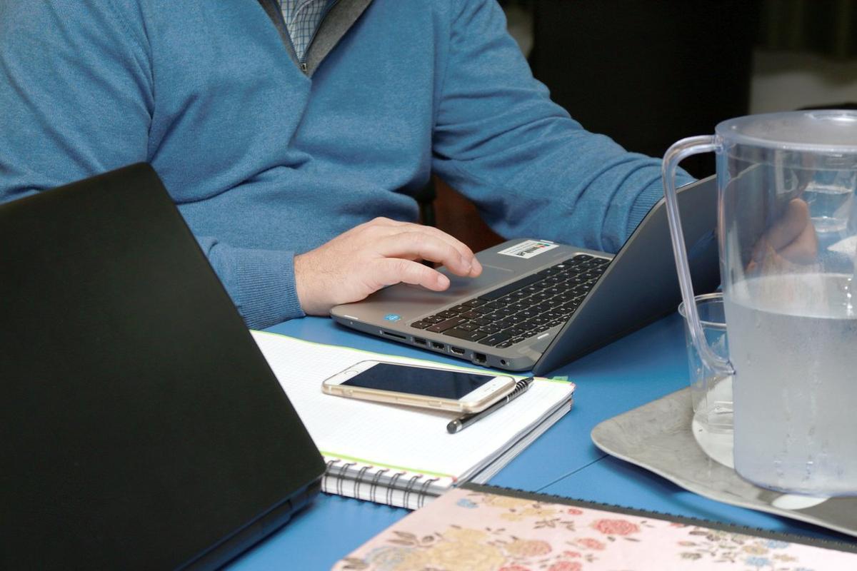 Imagen de archivo de un hombre teletrabajando