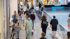 El IPC cae en mayo hasta el -0,9%, una décima menos de lo esperado. En la foto, clientes en el centro comercial Diagonal Mar.