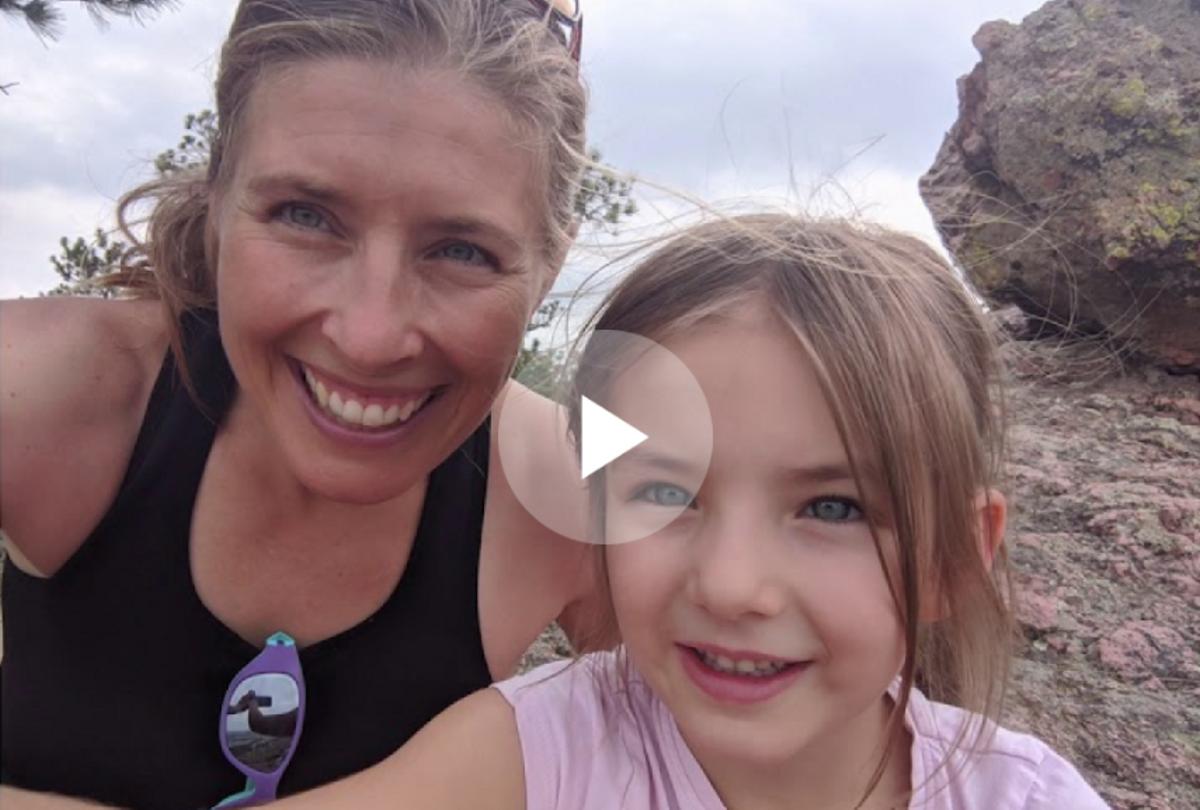 La doctora Emily Fischer con su hija en uno de los vídeos de la campaña de Science Moms