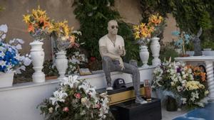 El conjunto escultural en honor a Andrés Aguilera Pascua, en el cementerio Sant Pere de Badalona.