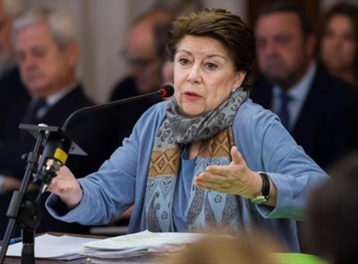 La exconsejera Magdalena Álvarez contesta al fiscal en el juicio.