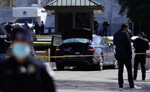 Un policía muere y otro resulta herido en un atropello en el Capitolio. En la foto, el coche causante del suceso, estrellado contra una barrera.