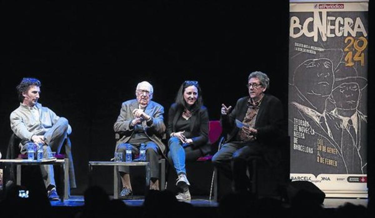 Andrea Camilleri, en el centro, en el homenaje en la sala Barts, el viernes.