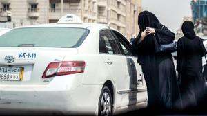 Una mujer saudí se prepara para subir a un taxi en una calle principal de la ciudad costera de Yeda, el 27 de septiembre.