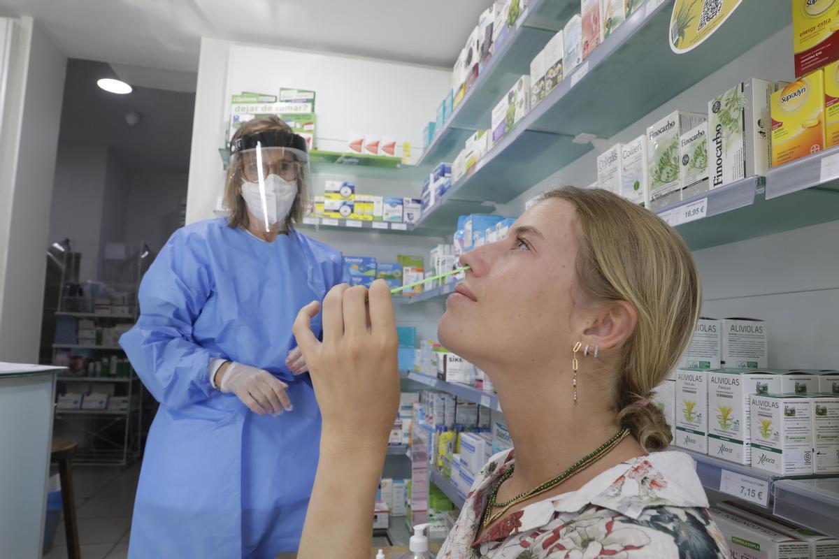 Una mujer se hace un test de antígenos este lunes en la Farmàcia Núria Bosch de la Sagrera, en Barcelona.