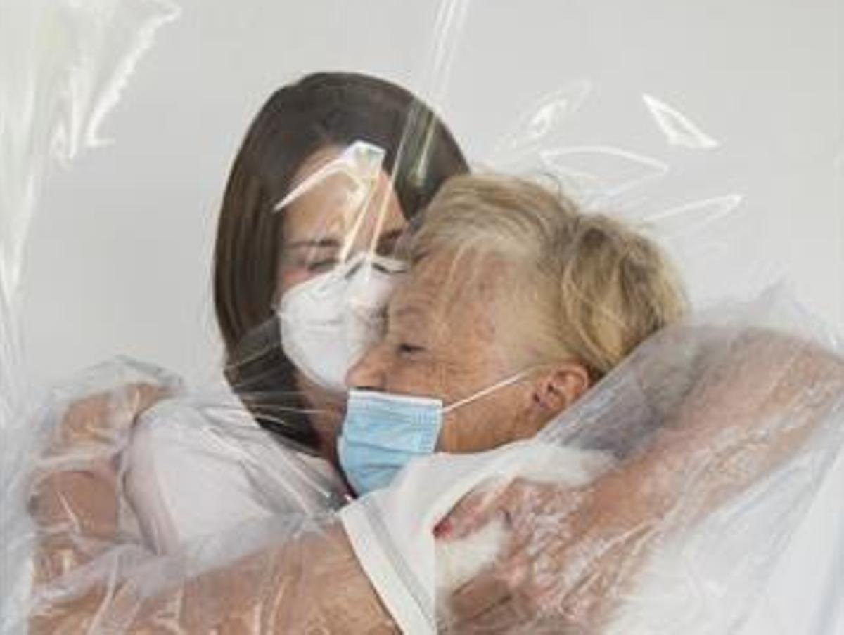 Una mujer abraza a su madre en un hospital de Valencia.