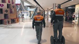 Vigilantes de seguridad privada en un centro comercial de Barcelona.