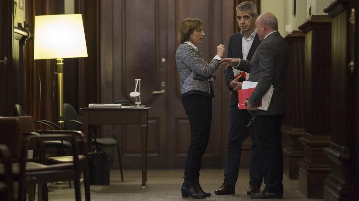 Los letrados Antoni Bayona (centro) y Xavier Muro hablan con la presidenta del Parlament, Carme Forcadell.