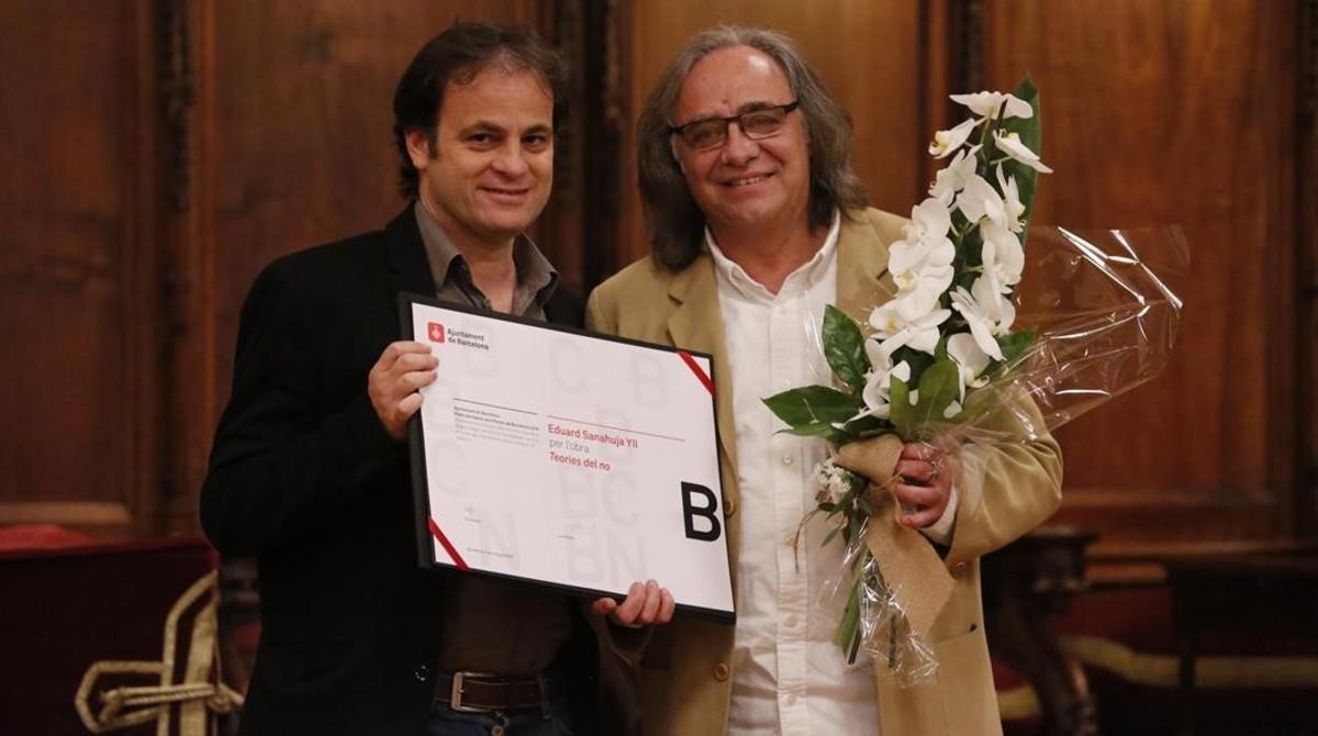 Jaume Asens hace entrega del Premi Jocs Florals a Eduard Sanahuja.