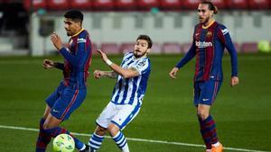 Araujo pelea con Portu ante la mirada de Mingueza en el Barça-Real Sociedad del Camp Nou.