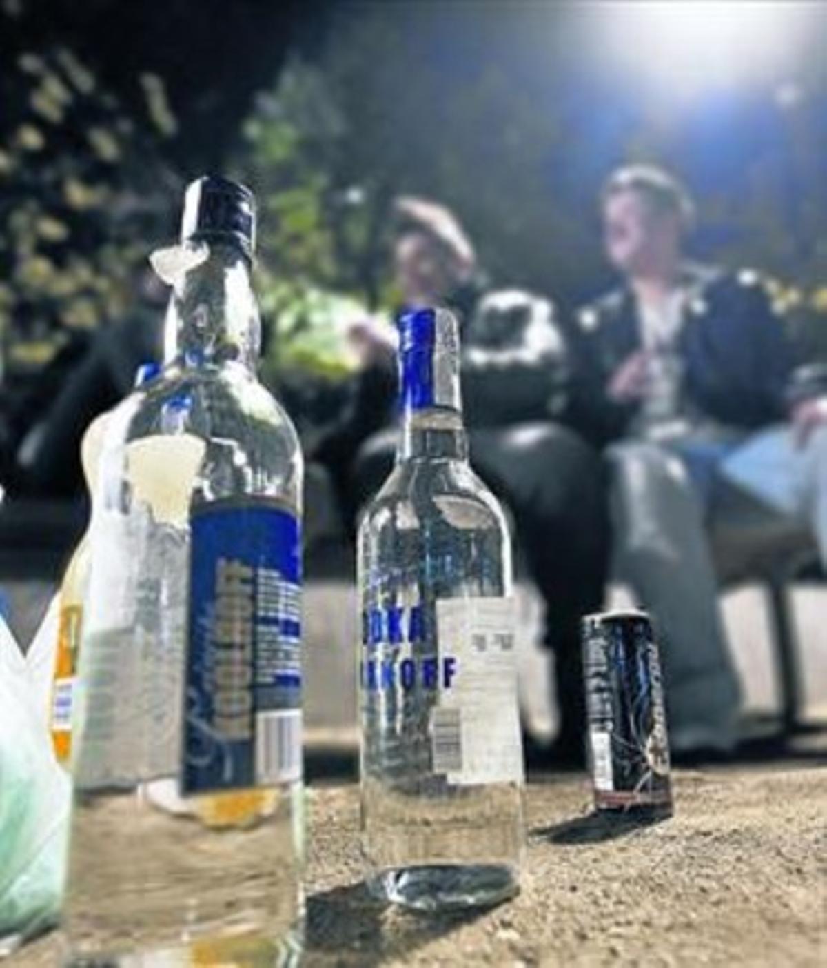 Jóvenes y botellas de alcohol en la plaza de Letamendi.