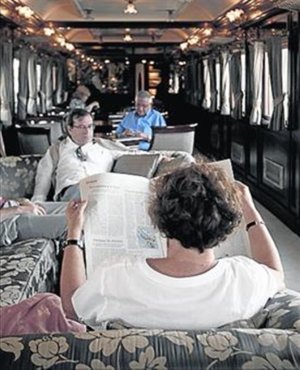 Pasajeros en el tren turístico Al Andalus en su ruta ibérica que va de Madrid a Zaragoza.