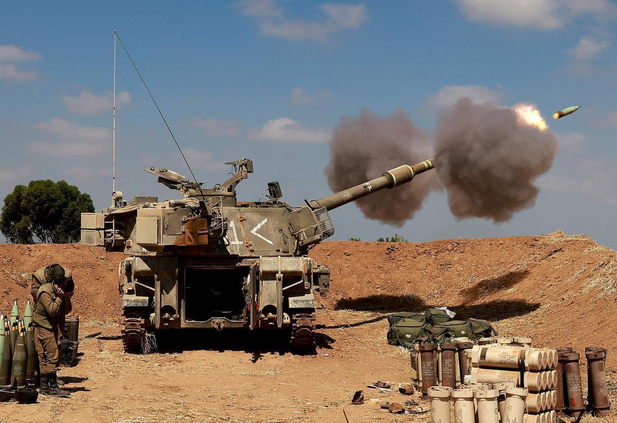 Soldados israelís lanzan un cohete hacia territorio palestino.