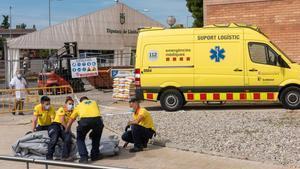 Montajehospitales de campaña delante del hospital Arnau de Vilanova en LLeida