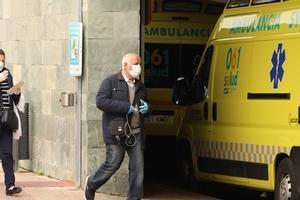 Un hombre con mascarilla entra al Hospital Miguel Servet de Zaragoza.
