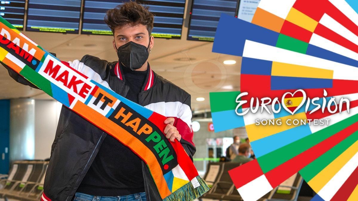 Blas Cantó en el aeropuerto con una bufanda promocional de Róterdam.