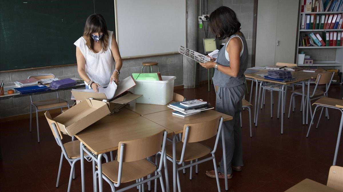 Dos profesoras de primaria, el jueves, preparan una aula antes del inicio del nuevo curso en el Institut Escola Costa i Llobera de Barcelona