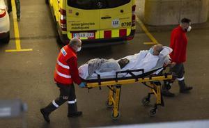 Entrada de enfermos en el Hospital del Mar de Barcelona.