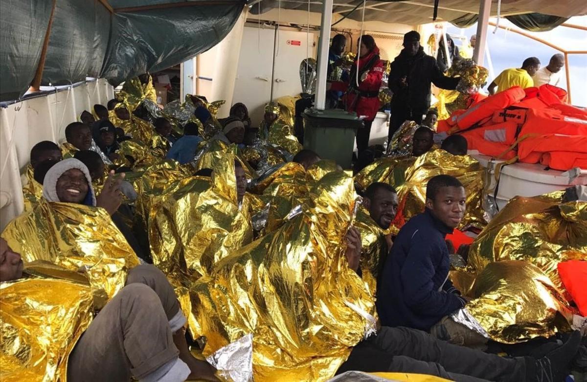 Inmigrantes rescatados por Proactiva Open Arms en el Mediterráneo Central a bajas temperaturas.