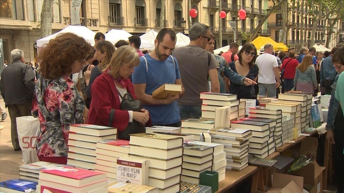 Una jornada de Sant Jordi en las Ramblas de Barcelona.