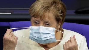 La cancillera alemana, Angela Merkel, se ajusta la mascarilla durante un debate en el Bundestag.