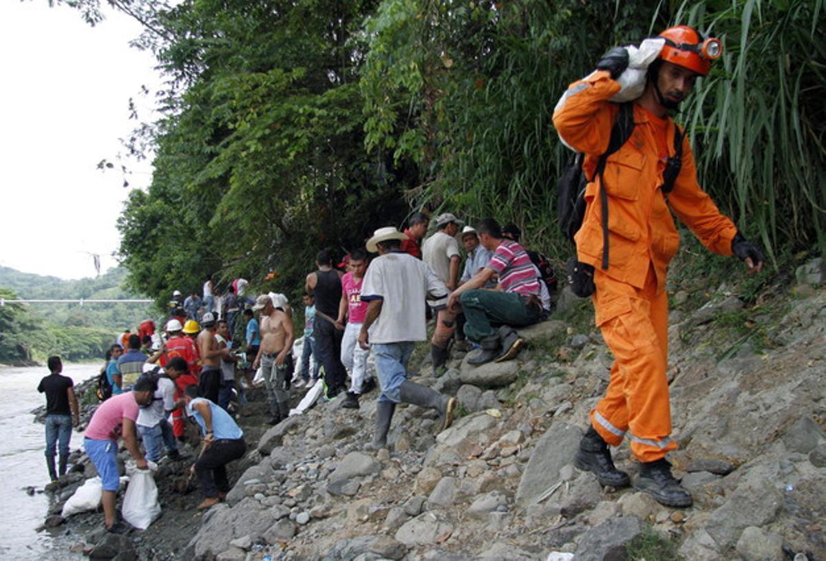 Defensa Civil participa en las labores de rescate de los 17 mineros atrapados en Riosucio.