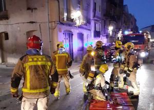 Catorze ferits, entre ells dos mossos, en l'incendi d'un pis a Tortosa