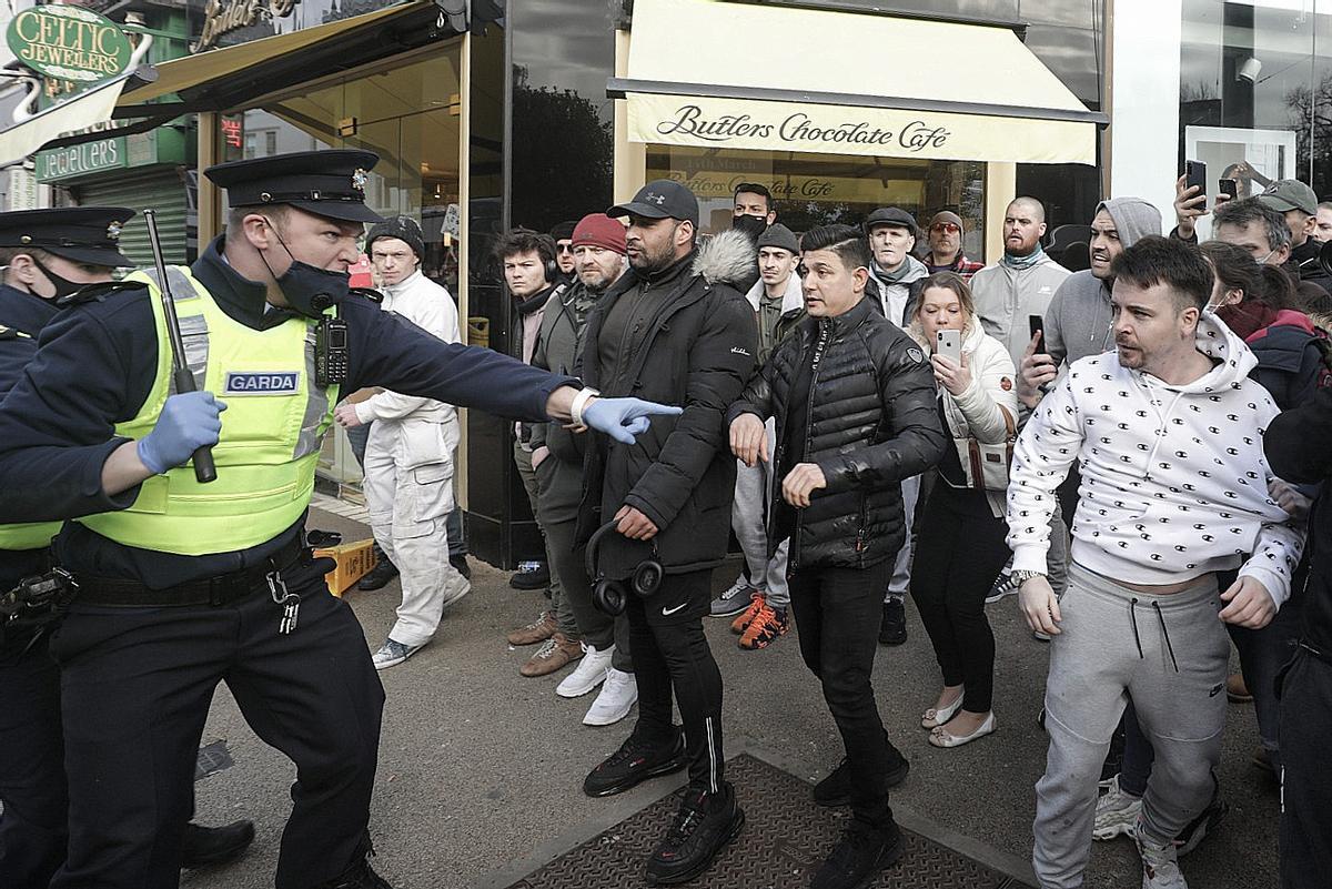Un policía intenta frenar el avance de los manifestantes este sábado en Dublín.