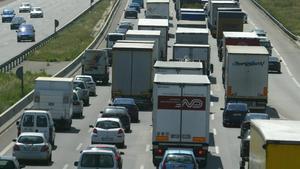 Varios camiones circulan por la autopista AP-7 en Santa Perpètua de Mogoda.