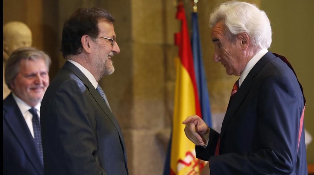 Mariano Rajoy entrega la Gran Cruz de Alfonso X el Sabio al periodista Luis del Olmo.
