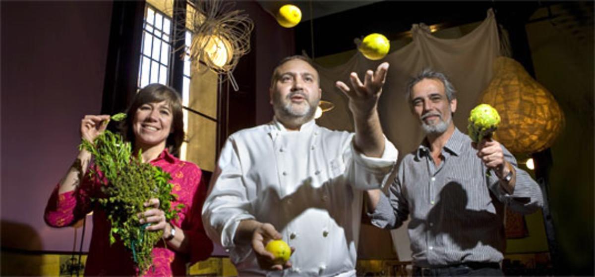 Ada Parellada, en compañía de Joan Pluvinet (a los malabares) y Santi Alegre, en Semproniana. JOAN CORTADELLAS