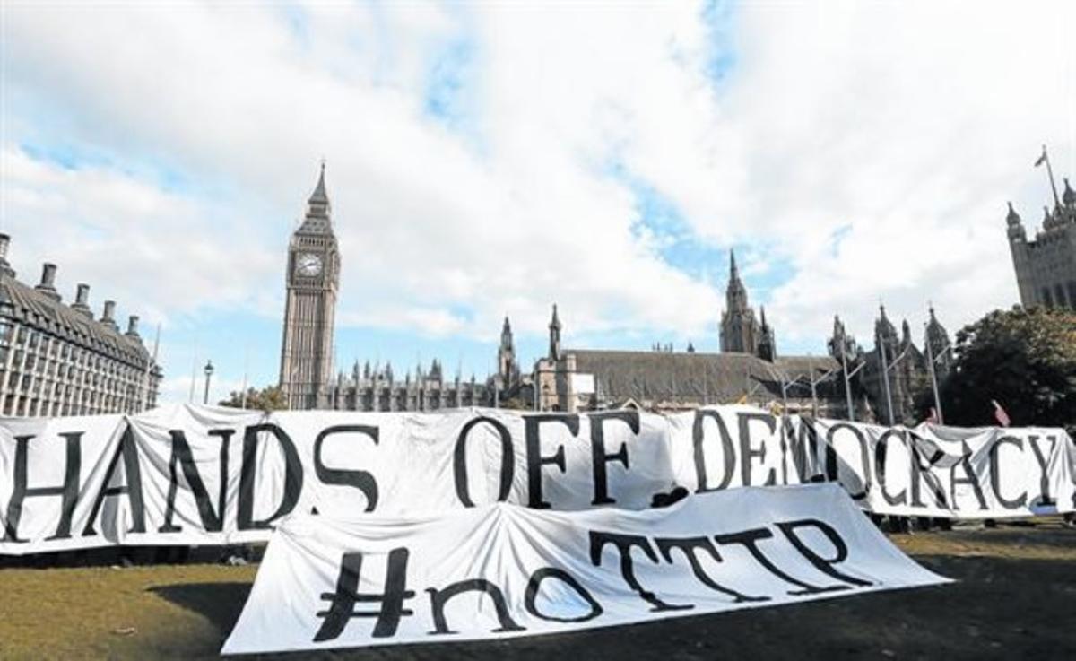 UN MILLÓN DE FIRMAS.Protesta contra el TTIP en Londres, en octubre. Ha habido manifestaciones en toda Europa y se han presentado un millón de firmas contra el tratado y su secretismo en Bruselas.