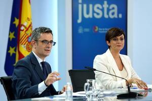El titular de la Presidencia, Félix Bolaños, y la portavoz del Gobierno, Isabel Rodríguez, durante la rueda de prensa posterior al Consejo de Ministros de este 5 de octubre de 2021 en el palacio de la Moncloa.